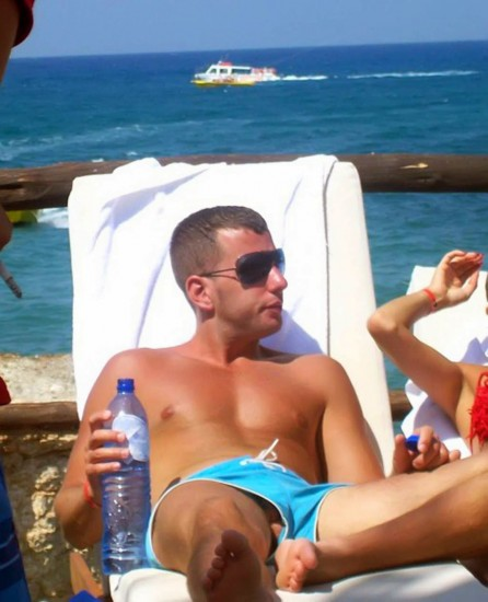 candid-beach-guy-dick-pop-out